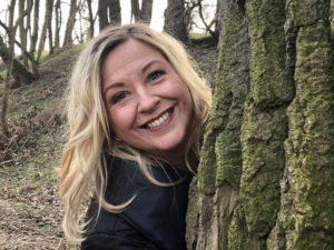 Ramona hinter Baum